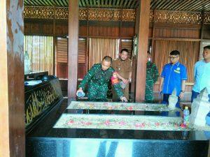 Komandan Kodim 0412 LU Letkol Inf Harry Prabowo Terpanggil Berziarah ke Makam Raja Tulangbawang di Tiyuh Pagar Dewa