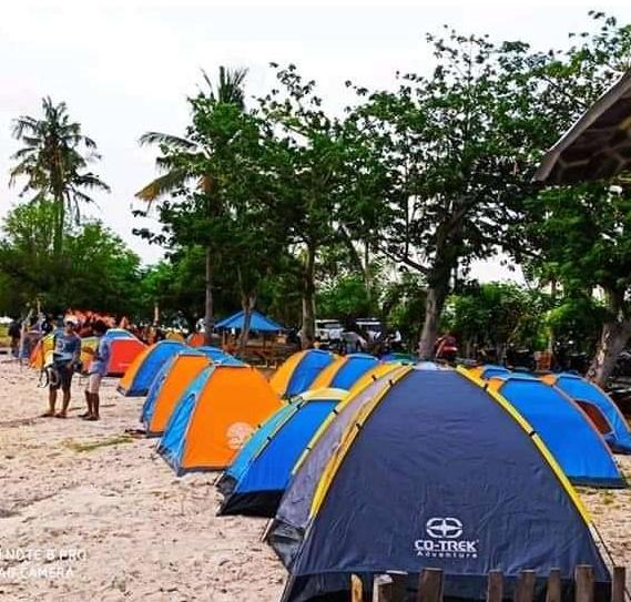 Pengunjung Wisata Pantai Selayar Di Kecamatan Kilo Kabupaten Dompu, Rayakan Perkemahan Pergantian Tahun 2021