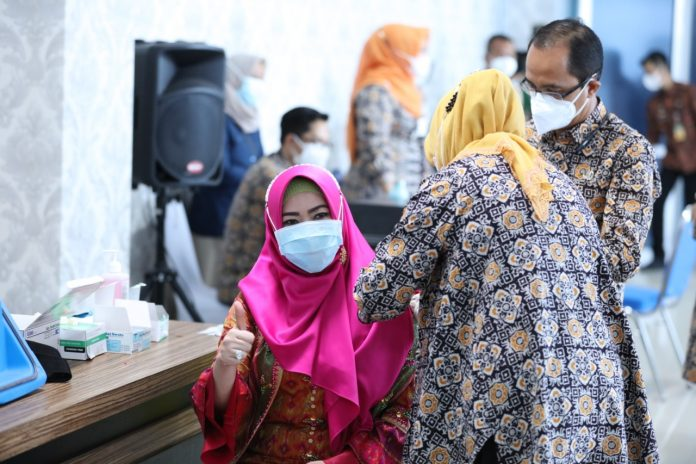 Bupati Tanggamus Menerima Vaksinasi Perdana di Lampung