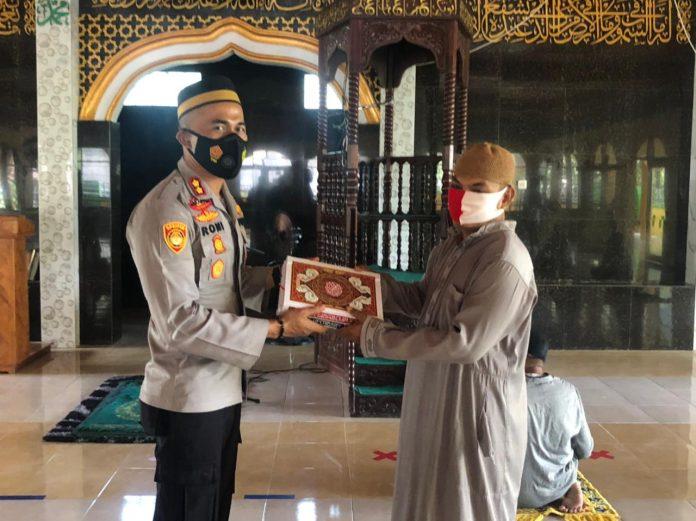 Kapolres Soppeng Serahkan Bantuan Al - Quran di Masjid Nurul Irsyad Paconkang Desa Barang Kec. Liliriaja