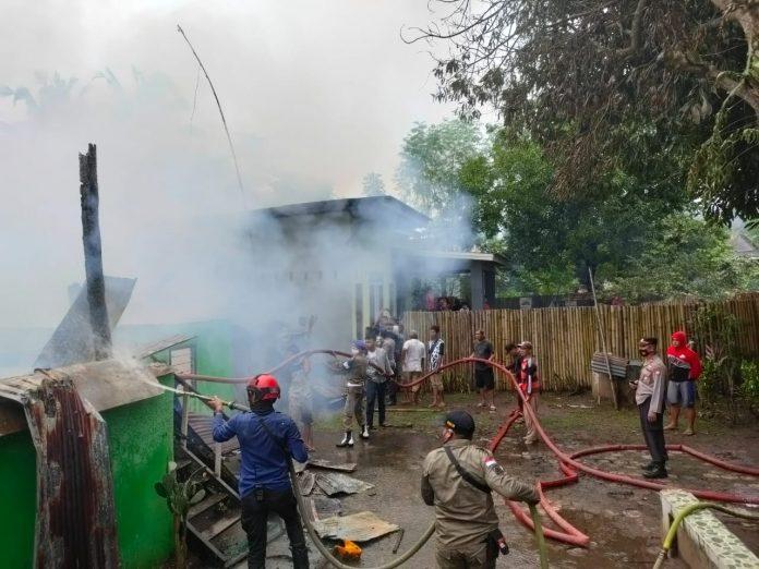 Kapolsek Polsel Bersama Personel Datangi TKP Kebakaran Rumah Dan Bantu Padamkan Api