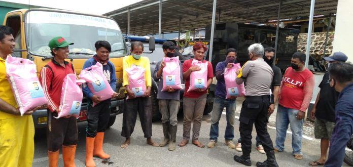 Peduli, Kabag Ops Polres Luwu Timur bagikan beras kepada petugas kebersihan