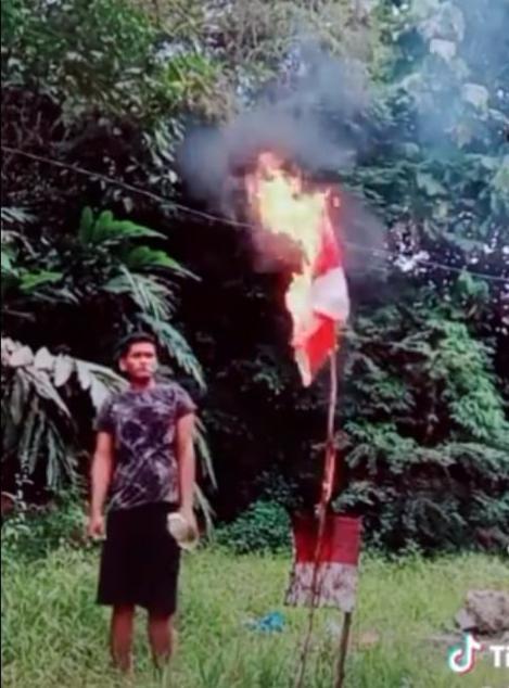 Viral Seorang Pria Membakar Bendera Merah Putih