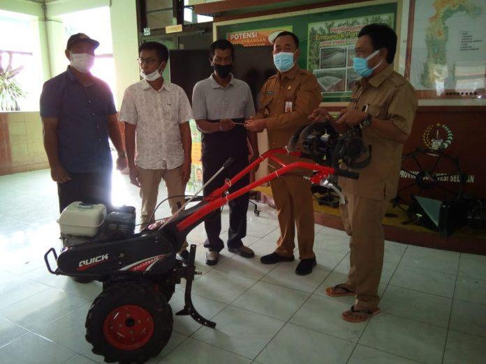 Kadis Tanaman Pangan, Hortikultura dan Perkebunan Prov. Sulsel Berikan Traktor Ke Kades Lowa