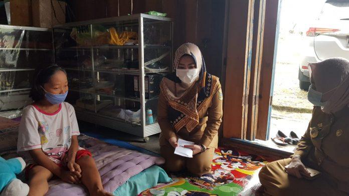 Bupati tanggamus Dewi Handajani Kunjungi Ibu fatimah Penderita Kanker Tulang di Wonosobo