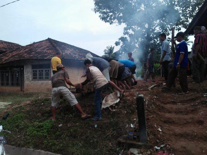 Aparatur Tiyuh Pagar Dewa Beserta Masyarakat Begotong Royong Di Makam Raja Tulang Bawang Ke 10