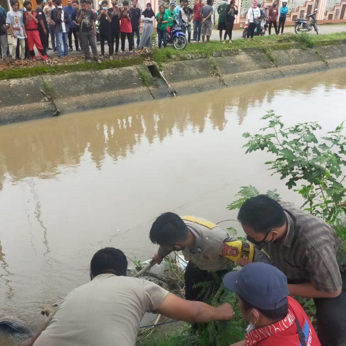Warga menemukan mayat laki-laki di saluran Irigasi Way Sekampung