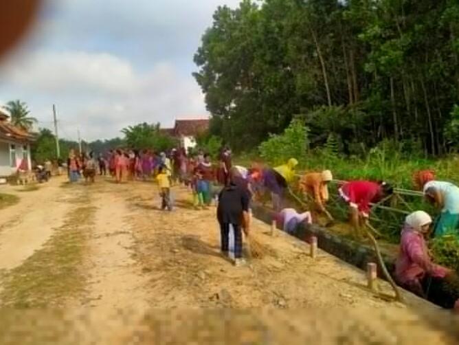 Ibu-Ibu Tiyuh Toto Wonodadi Melaksanakan Bersih-Bersih Di Halaman Lingkungan Tiyuh