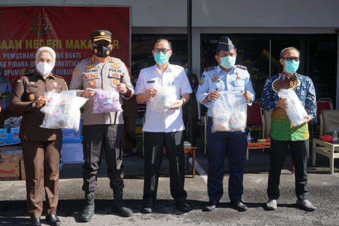 Kapolrestabes Makassar Musnahkan Barang bukti di Kejaksaan Negeri Kota Makassar