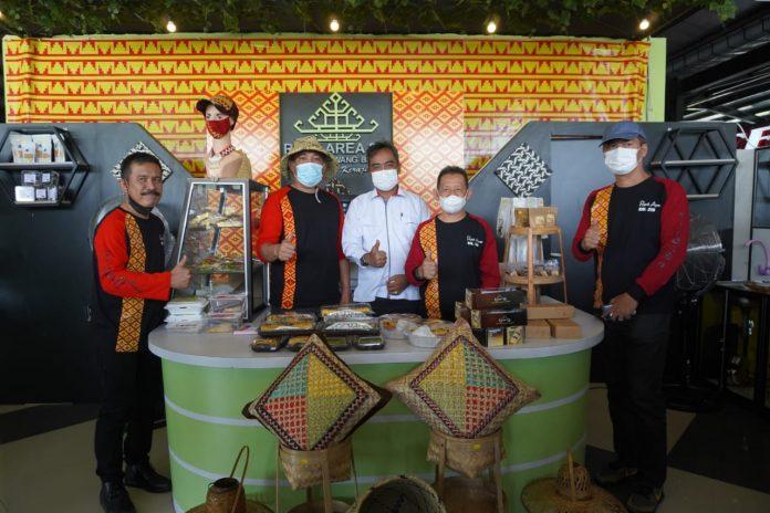 Bupati Tubaba Umar Ahmad, SP Me-Launching Oleh-Oleh Kerajinan Tangan Di Rest Area Km 215 Di Kecamatan Way Kenanga