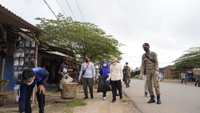 Memperingati Hari Peduli Sampah Nasional Bupati Tubaba Umar Ahmad, SP Melakasanakan Aksi Pungut Sampah