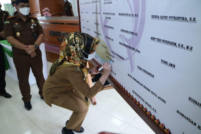 Bupati Tanda Tangani Pakta Integritas dan Pencanangan WBK dan WBBM Kejaksaan Negeri Tanggamus .