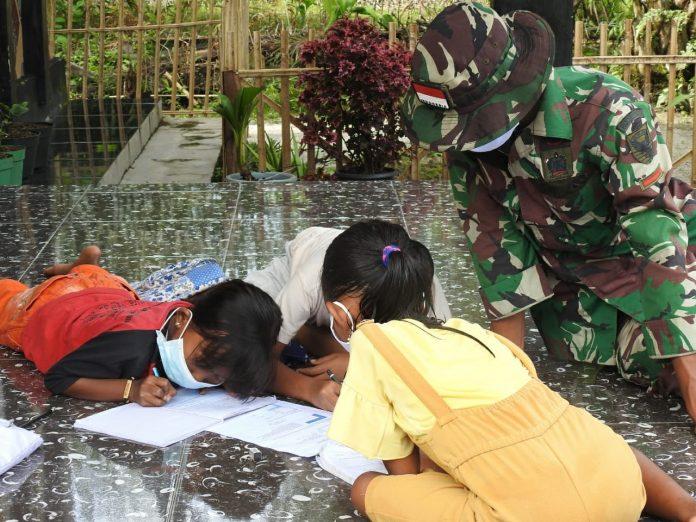 TMMD 110 Lampung Timur Bantu Belajar Daring Anak-anak Sukorahayu