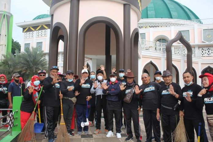 Walikota Metro Wahdi Siradjuddin Meninjau kegiatan kerja bakti anggota BST