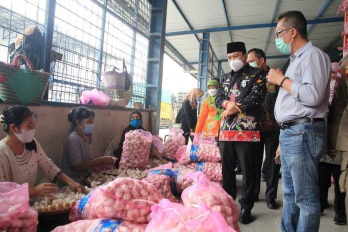 Pemkot) melakukan Monitoring Ketersediaan stok dan harga bahan pokok di Gudang distributor