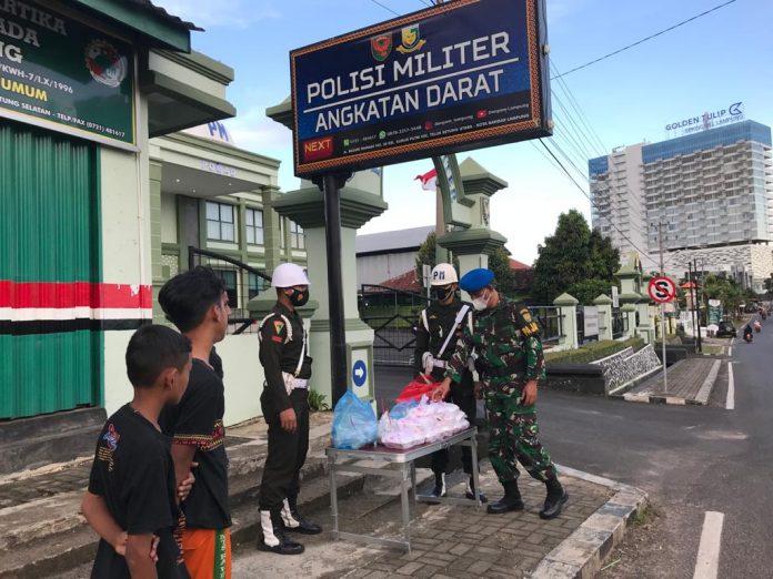 Denpom II/3 Lampung Membagikan Takjil Setiap Sore di Bulan Ramadan