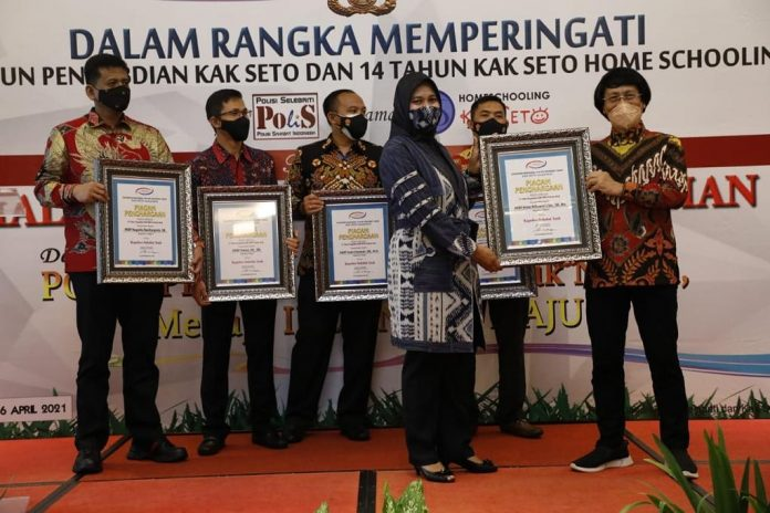 Kapolres Metro AKBP Retno Prihawati Di Anugerahi Polisi Sahabat Anak Kak Seto Award 2021