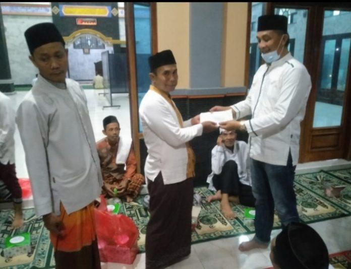 Nuzul Irsan SE.Anggota DPRD Kabupaten Tanggamus Memberikan Tali Asih, Dua Masjid di Pekon Sri Kuncoro