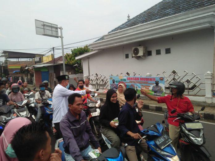 Anggota DPRD Kabupaten Tanggamus Peraksi PKB Bagikan Takjil di Jalan Lintas Barat Lampu Merah Kota Agung