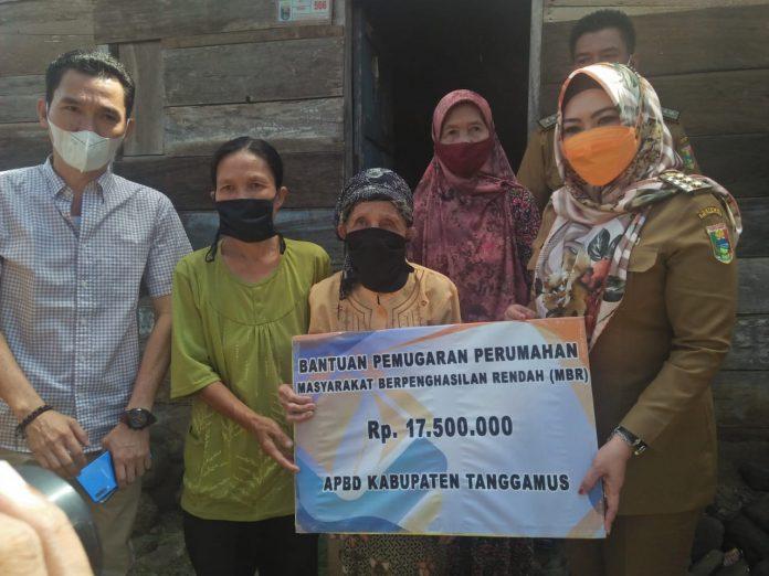 Bupati Tanggamus Memberikan Bantuan Bedah Rumah kepada Warga Bandar Negeri Semuong (BNS)