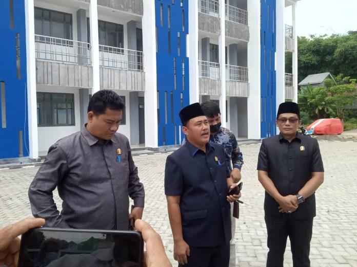 Komisi II dan Komisi III Anggota DPRD Kabupaten Pesisir Barat tinjau Bangunan Gedung SMPN1 yang tidak sesuai Spesifikasi Tekhnis.
