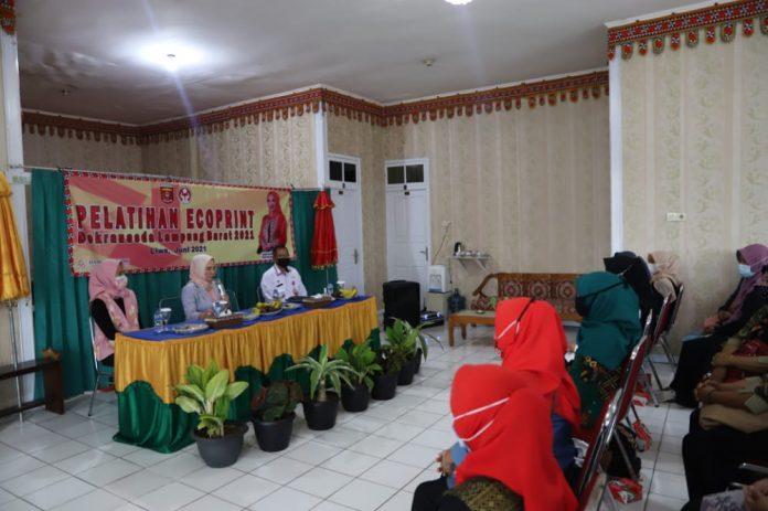 Pelatihan Ecoprint oleh Dewan Kerajinan Nasional (Dekranasda) Lampung Barat Tahun 2021