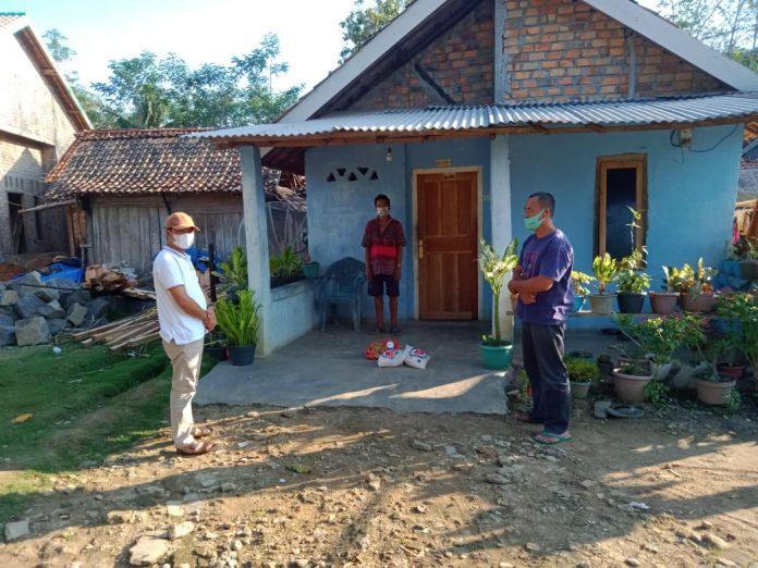 Deson Taria,Kakam Negeri Baru Bagikan Paket Sembako Kepada Warga Isolasi Mandiri