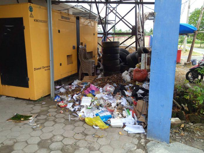 Sampah dikantor Bupati Pesisir Barat terkesan tak teruruss.