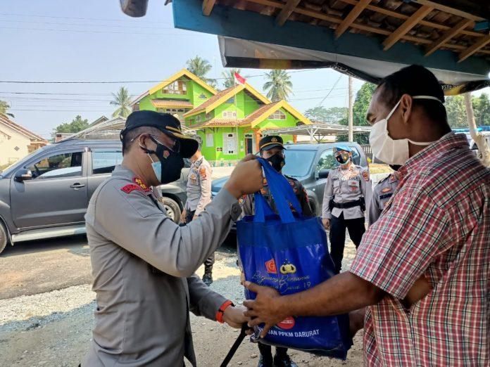 Situasi PPKM, Polres Tubaba Berikan Bansos Kepada Masyarakat