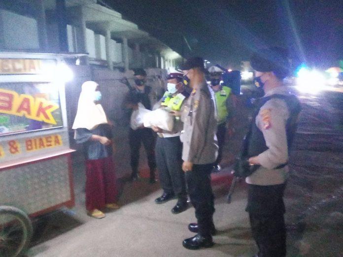 Polres Tubaba Laksanakan Giat Patroli Malam dan Bagikan Bansos ke Pedagang