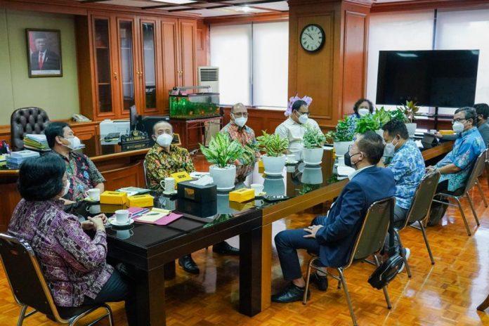 Menteri Lingkungan Hidup dan Kehutanan Siti Nurbaya berdiskusi dengan Ketua Panitia Peringatan Hari Pers Nasional (HPN) 2022