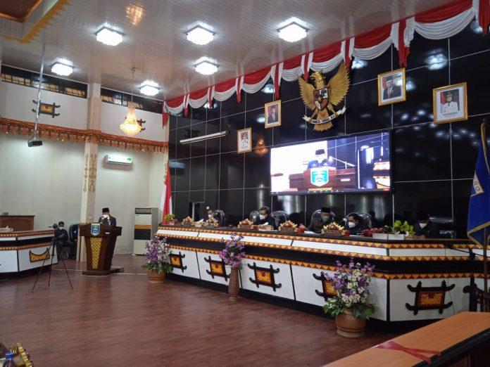 Walikota Metro dan Wakil Walikota Metro menghadiri rapat Paripurna DPRD