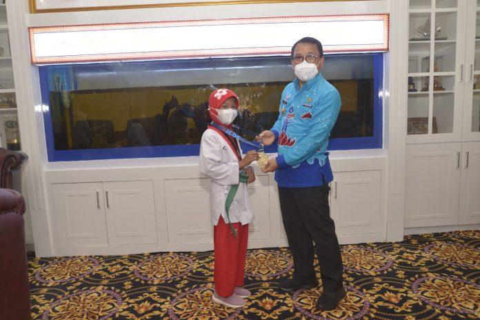 Walikota Metro, Wahdi Melepas Wasit Taekwondo Ke Papua Tahun 2021