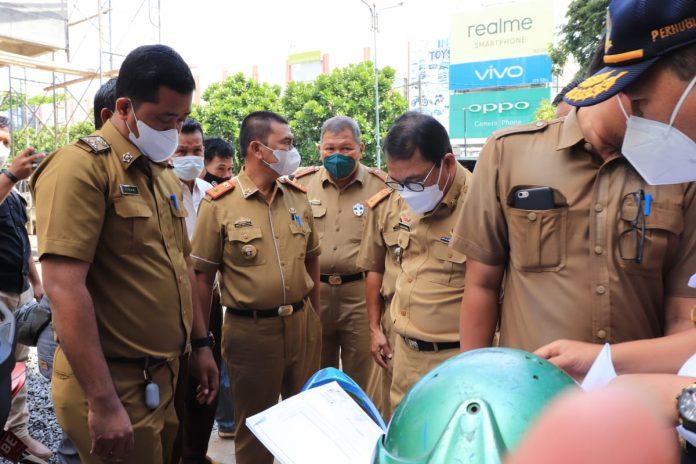 Wali Kota Metro, Wahdi Siradjuddin meninjau pembangunan pertokoan di Jalan Jenderal Sudirman